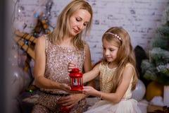 女儿她的母亲纵向 圣诞节姜饼人表传说 免版税图库摄影