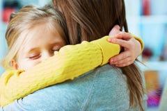 女儿容忍母亲 休眠 闭合的眼睛 免版税图库摄影