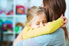 女儿容忍母亲 家 免版税库存图片