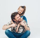 女儿巨大的父亲演播室画象 免版税库存照片