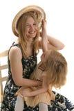 女儿帽子母亲 免版税库存照片