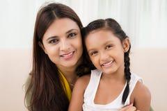 女儿幸福母亲微笑的妇女 免版税库存照片