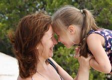 女儿愉快妈妈微笑 免版税图库摄影