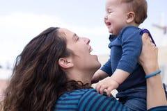 女儿愉快的妈妈 免版税库存图片