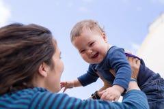 女儿愉快的妈妈 免版税库存照片