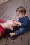 女儿愉快的妈妈 图库摄影
