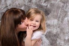 女儿愉快的查出的小的母亲年轻人 库存照片
