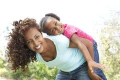 女儿愉快的母亲公园纵向 免版税库存照片