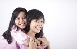 女儿愉快的母亲姿势 免版税库存照片