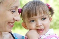 女儿愉快的母亲室外夏天 免版税库存照片