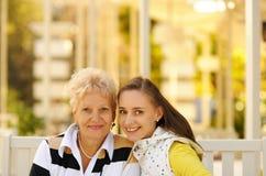 女儿愉快的母亲 库存图片