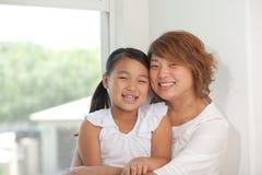 女儿愉快的母亲 图库摄影