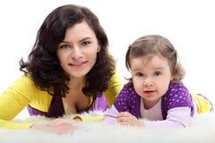 女儿愉快的笑的母亲 免版税库存图片