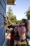 女儿房子母亲绘画垂直 图库摄影