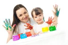女儿手指母亲绘画油漆 免版税图库摄影