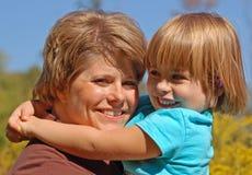 女儿拥抱妈妈 免版税图库摄影