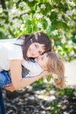 女儿拥抱母亲 免版税库存照片