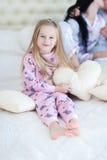 女儿拥抱的和微笑的画象, hoiling的爱心脏枕头 库存照片