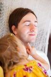 女儿放松父亲的吊床 图库摄影