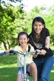 女儿教的母亲乘驾 免版税库存图片