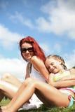 女儿日享受愉快的母亲夏天 免版税库存照片