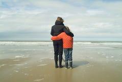 女儿母亲俯视的海运 免版税库存图片