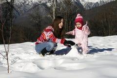 女儿母亲公园冬天 免版税库存照片