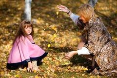 女儿母亲公园 免版税库存图片