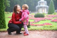 女儿母亲公园 库存照片