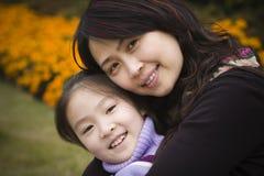 女儿母亲公园 免版税库存照片