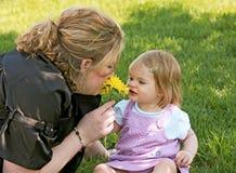 女儿母亲嗅到 免版税库存图片