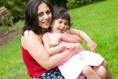 女儿母亲外部使用 免版税库存图片