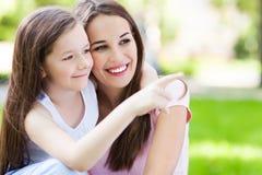 女儿母亲指向 免版税库存图片
