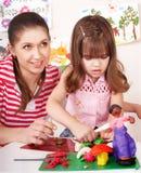 女儿母亲模子彩色塑泥 免版税图库摄影