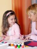 女儿母亲模子彩色塑泥 免版税库存照片