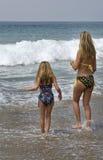 女儿母亲海浪 库存照片