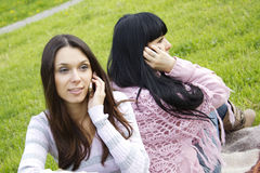 女儿母亲电话 免版税库存图片