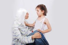 女儿母亲穆斯林 图库摄影