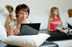 女儿母亲笔记本年轻人 免版税库存图片