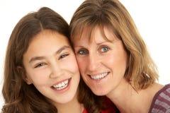 女儿母亲纵向工作室 免版税库存照片