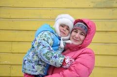 女儿母亲纵向 免版税库存图片