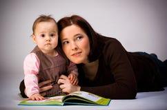 女儿母亲读取 图库摄影