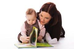 女儿母亲读取 免版税库存图片