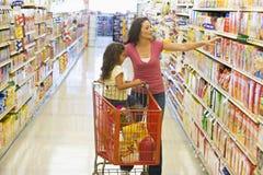 女儿母亲购物超级市场 库存照片