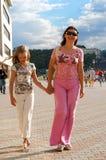 女儿母亲走 免版税图库摄影