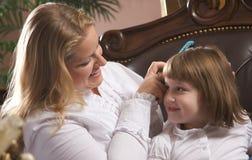 女儿母亲年轻人 免版税图库摄影
