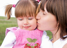 女儿爱恋的母亲 图库摄影