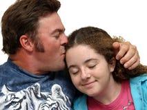 女儿父亲亲吻 免版税库存照片
