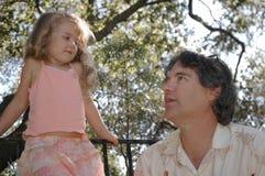 女儿父亲公园 免版税库存照片