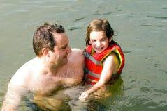 女儿父亲水 库存照片
